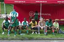 Mladí Keňané na společné lavičce se studenty Střední průmyslové školy v Bruntále při pondělním fotbalovém utkání.