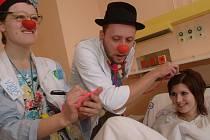 Do krnovské nemocnice dnes přijdou za dětmi klauni, aby jim pomohli zbavit se napětí a strachu z neznámého prostředí a odloučení od rodičů.