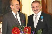 Přátelská fotografie v prostorách francouzské ambasády. Vlevo mimořádný a zplnomocněný velvyslanec Francouzské republiky Pierre Levy, vpravo oceněný Jiří Žák z Bruntálu.