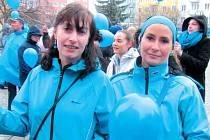 """Ředitelka Charity Krnov Monika Dudová měla na podporu """"modrého dne"""" modré nejen oblečení, ale i kabelku a náušnice."""
