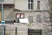 Kanceláře krnovských sléváren SKS ještě před týdnem byly plné zlodějů, vandalů a dětí. Po upozornění Deníku na nebezpečnou situaci jsou konečně vchody do budovy zazděné.