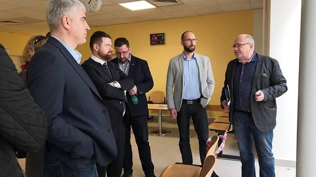 Krnovští radní s ředitelem krnovské nemocnice Ladislavem Václavcem (vpravo).