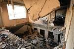 Jeden ze zničených bytových domů ve vesnici Mariinka.