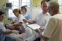Odejdou, či zůstanou? Lékaři v krnovské nemocnici se přidali k celorepublikové akci Děkujeme, odcházíme. Na snímku jsou zachyceni během velkého cvičení, které v nemocnici proběhlo v roce 2009. Foto: