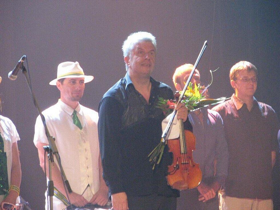 Multižánrový projekt, který měl v režii Jaroslav Svěcený a Michal Dvořák byl doprovázen světelnými efekty.