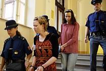 Sestry Mauerovy, které před několika dny přivezli do opavské věznice, před soudem.