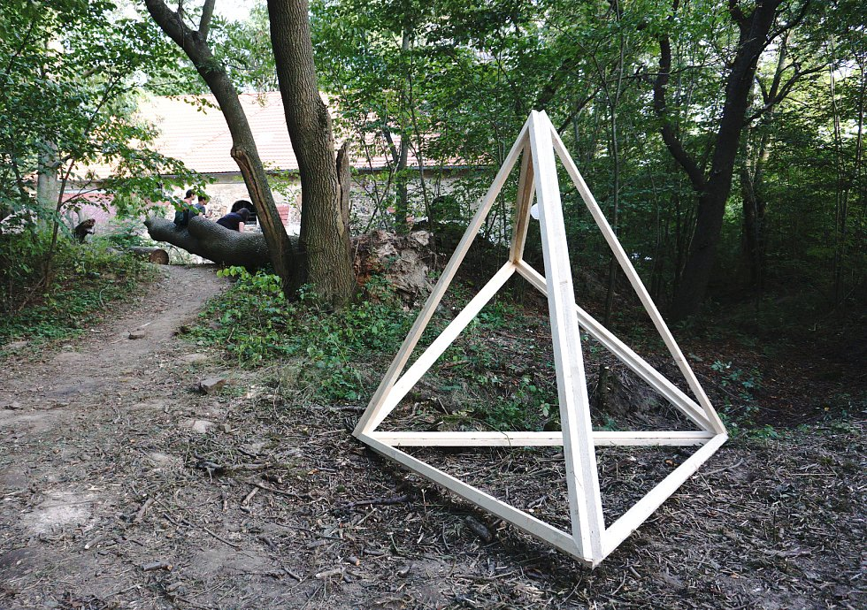 Fakulta architektury VUT Brno zanechala v zaniklé vsi Pelhřimovy zajímavou stopu v podobě prostorových instalací. Podstatou projektu je, aby autoři objektem vyjádřili své pocity z místa, ve kterém je umístěný.
