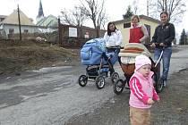Mladé maminky a jejich potomci před areálem v Břidličné, kde má vzniknout nový recyklační dvůr.