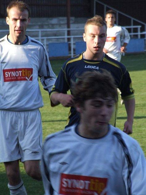 Mladý krnovský útočník Jiří Bačovský (na snímku vpravo) otevřel skóre zápasu po elegantní hlavičce.