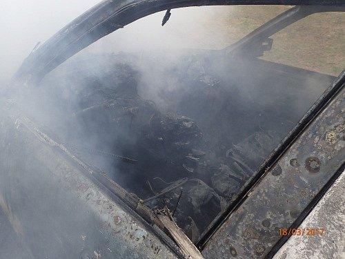 Dvě jednotky hasičů zasahovaly v sobotu dopoledne v  Třemešné-Damašku, kde začal za jízdy hořet osobní automobil BMW 520i.
