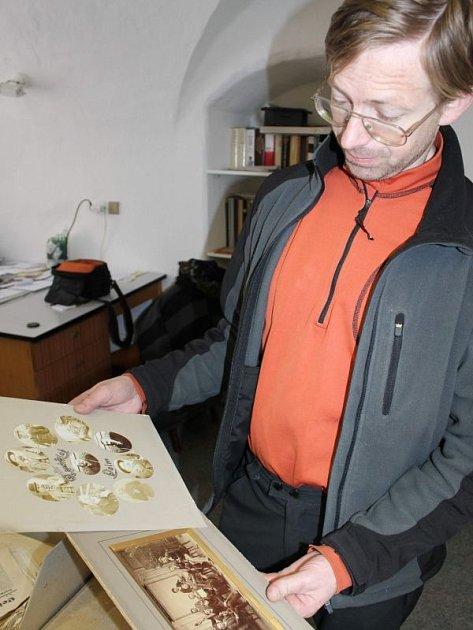 Správcem archeologického depozitáře bruntálského muzea je Igor Hornišer. Na zámku v Bruntále pečuje o historické sbírky, které vznikly za posledních padesát let díky nálezům, výkopům ve městě i jeho okolí. Také chystá výstavu o zdejší spolkové činnosti.