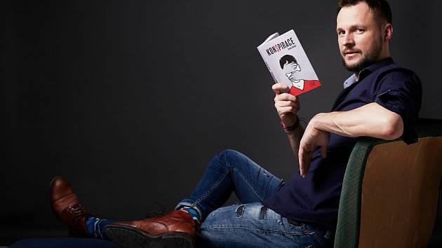 Červen 2021. Spisovatel Pavel Hénik vydal román KON$PIRACE, ve kterém se vyrovnává s koronakrizí, lockdownem i s politickou situací.