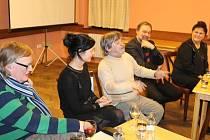 Herec Roman Skamene (uprostřed) rozesmával bruntálské obyvatele, i tvůrce druhého dílu filmu režiséra Víta Olmera, herečku Simonu Chytrovou, tvůrce prvního dílu Radka Johna i poslankyni za bruntálský region Olgu Havlovou (zleva).