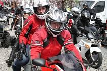 Vítání jara v podání motorkářů není rozhodně pouze výsada mužů. K překrásným těžkým strojům překrásné ženy prostě patří.