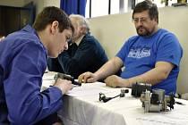 V poznávací části soutěže se museli autotronici prokousat mnoha elektronickými a elektrickými součástkami agregátů automobilů.
