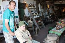 Vesnické muzeum otevře Anna Kyselová každému na požádání, stačí si zavolat. Do areálu lomnické farmy lehce zajedou i vozíčkáři.