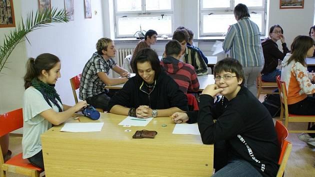 Veronika Tomasová (na snímku vpředu vlevo) z krnovského gymnázia získala druhé místo na krajské soutěži v sudoku, kterou pořádala Vítkovická střední odborná škola a gymnázium v Ostravě.