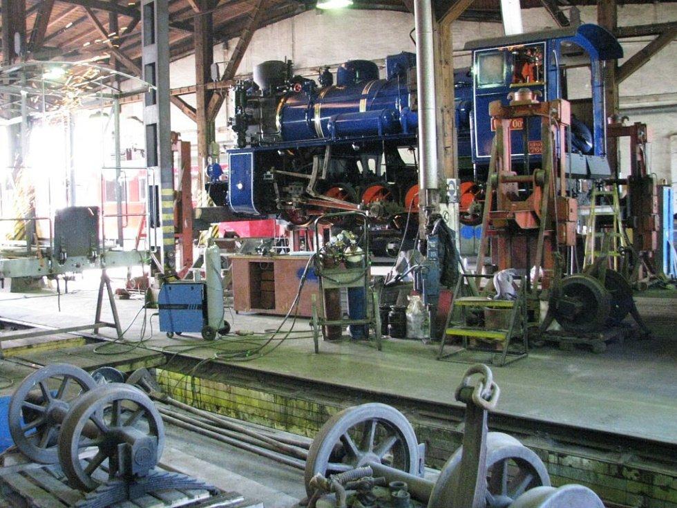 Parní úzkorozchodná Lokomotiva Škoda - na světě existuje už jen poslední exemplář, a ten se nyní vrací po generálce zpátky na trať. Stroj z roku 1948 zcela renovovali odborníci z krnovské firmy Olaps.