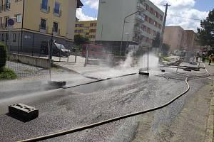 Hasiči likvidují požár potrubí a únik plynu ve Vrbně pod Pradědem.