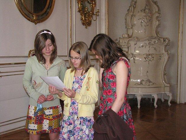 Studentky z gymnázia v Bruntále luštily v rámci zábavného vědomostního klání Hrátky s historií historický text.