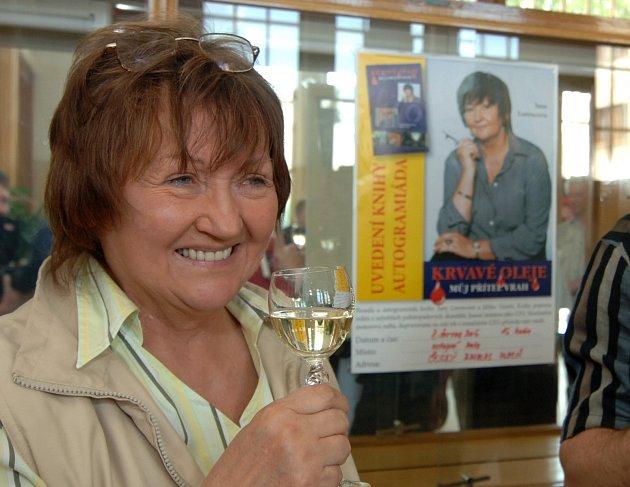 Novinářka Jana Lorencová křtila v plzeňském rozhlasu svou novou knihu Krvavé oleje.