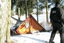 Tábor bezdomovců. Hlídky bruntálské městské policie doposud neví, kdo přesně obývá stanový tábor na Uhlířské ulici. Nikoho zde totiž zatím nezastihly.