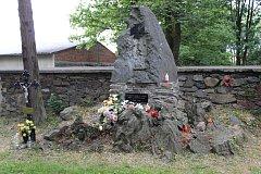 Na hřbitově v Bruntále u společného hrobu 29 vojáků z první světové války vzplály svíčky na paměť obětem slavné bitvy u Zborova, od níž v neděli 2. července uplynulo sto let.