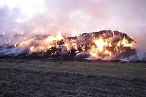 Příčina požáru na hranici bruntálského a opavského regionu je zřejmá: stohy hořely kvůli manipulaci s otevřeným ohněm nezletilých dětí.