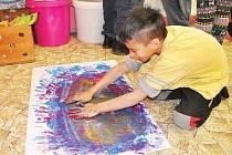 Děti malují v rámci arteterapie holýma rukama. Mají tak možnost cítit strukturu barvy, její hustotu i teplotu. Díky používaným technikám se děti a pracují s radostí. V následujícím vyučování se pak dokážou lépe soustředit.