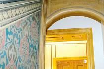 Historické fresky se podařilo v budově obce v Široké Nivě zachovat pro budoucí generace, stejně jako sto let staré dřevěné obložení.