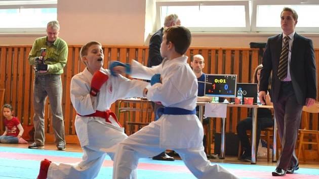 Antonín Kučera (vlevo), úspěšný mladý karatista bruntálského klubu, bojuje se soupeřem.