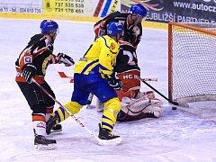 Nejnovější posila krnovských hokejistů Václav Studený (ve žlutém) byl ve velké šanci, puk však z branky vyrazil obránce. Přesto se domácí nakonec radovali.