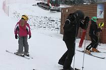 Vrbenská Ski Arena je od úterý 28. ledna konečně v obležení lyžařů. Nepříznivé počasí je pryč, padá sníh a provozovatel mohutně zasněžuje.