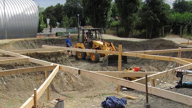Raketovým tempem postupují dělníci při výstavbě krnovského skate bike parku.