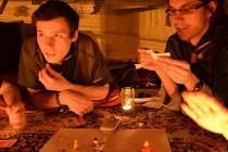 Skauti z Krnovské trojky si umí najít zajímavou a poučnou zábavu i při svíčkách.