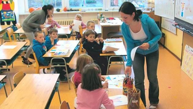Na 4. základní škole v Krnově si loni na podzim připravily pro budoucí prvňáky a jejich rodiče zábavné odpoledne, ve kterém jim ukázali nejen zázemí školy, ale zároveň si mohly děti vyzkoušet simulovanou školní výuku.
