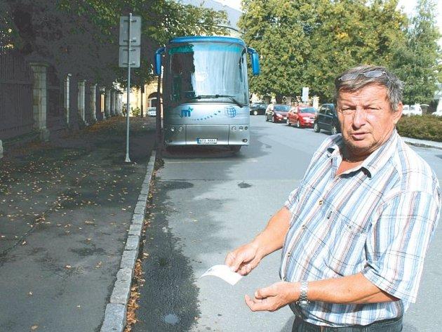 Vladimír Vašíček nemá problém poctivě platit za parkování svého autobusu v centru Bruntálu. Jen se mu zdá jeho sazba přehnaně vysoká.