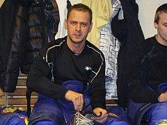 """Roman Tichý, hrající manažer HK Krnov, je pravý hokejový """"blázen"""", který hokeji a svému týmu obětuje skoro všechen svůj volný čas."""