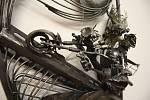 """V krnovské Flemmichově vile probíhá výstava Vladimíra Vítečka """"Keramik a kov"""". Jeho automobily, motocykly, velocipedy a samohyby mají zvláštní posádky."""