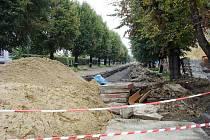 Hluboký výkop na Mikulášské ulici bude obyvatelům a obchodníkům znepříjemňovat život do poloviny října.