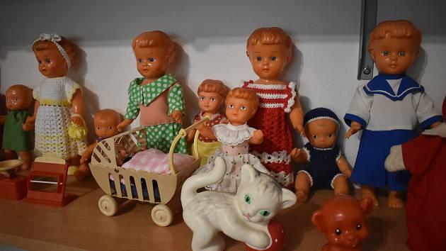 Ludmila Schovajsová v Nových Heřminovech provází návštěvníky muzeem hraček a kočárků.