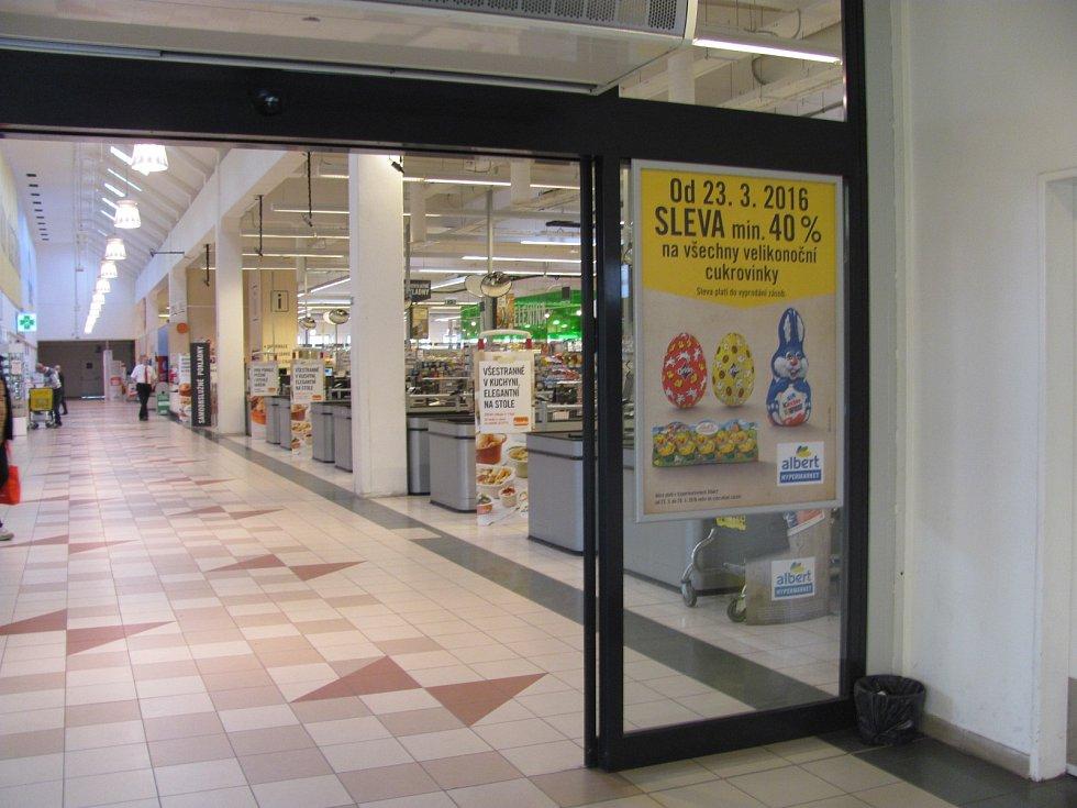 Zatímco před rokem se koledníci cestou z pomlázky rádi zastavili v některém z hypermarketů, kde právě začínal velký výprodej mazanců a beránků, letos museli tuto tradiční zastávku vynechat.