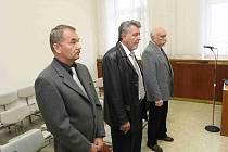 U soudu. Pavel Šatura, Bohuslav Špinar a Miloslav Bureš (zleva) vyvázli u soudu z rozsáhlé organizované trestné činnosti dosti lacino.