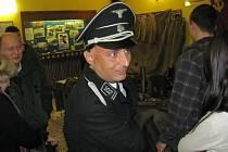 Krnovské kino Mír v sobotu nabídlo podívanou nejen na plátně. Návštěvníky filmu 7 dní hříchů vítali vojáci i důstojníci v německých, sovětských a amerických uniformách ze druhé světové války.