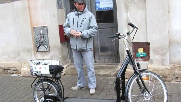 Tomáš Sedlák se nadchl pro vynález, který kombinuje elektrickou koloběžku s pásem na běhání, jaké znáte z posilovny. Díky němu první lopifit v České republice od listopadu jezdí po Krnově.