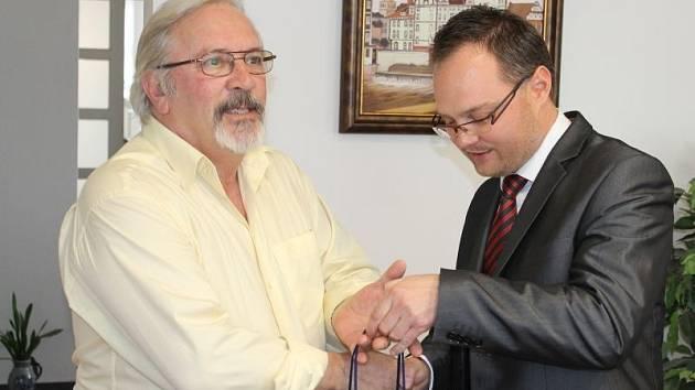 Andrewu Kohnovi (vlevo) se dostalo vřelého přijetí na bruntálské radnici. Vítá jej starosta Petr Rys.