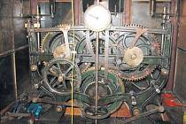Unikátní hodinový stroj z konce 19. století patří k pokladům kostela svatého Mikuláše v Úvalně.