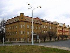 Ernst Latzel postavil tento dům jako honosný hotel. Dnes zde sídlí střední škola. Při přestavbách sice dům přišel o ozdobné prvky, ale styl zůstal zachován. Je správné zateplit historickou fasádu  polystyrenem? Vedení Krnova proti tomu protestuje.