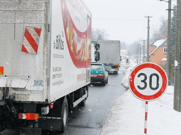 Most v Lomnici opravují od loňského října, hotovo by mělo být do počátku května. Práce podobně jako v sousedním Dětřichově zastavila zima a sníh.