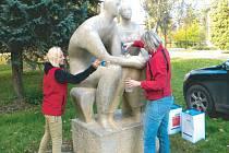 Milenci v městském parku. Jedna ze soch, které nechala bruntálská radnice vyčistit a nakonzervovat.